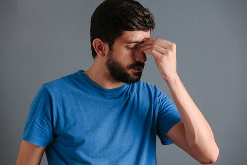 man experiencing sinus pain