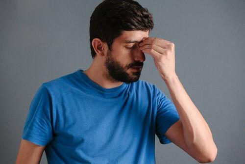 man experiencing sinus pain