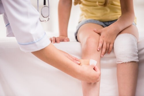 child is treated for knee injury at urgent care